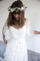 Robe de mariée en tulle de soie et couronne de fleurs Sylvie Mispouillé